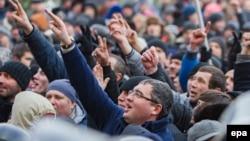 Renato Usatîi (în centru) și susținătorii săi la un protest în fața Parlamentului, 21 ianuarie 2016