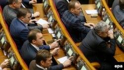 Украин парламенті депутаттары дауыс беріп отыр. Киев, 28 қаңтар 2014 жыл.