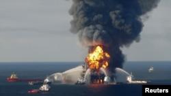 Архівне фото: пожежа на нафтовидобувній платформі Deepwater Horizon, 21 квітня 2010 року
