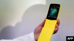 کنگره جهانی موبایل در بارسلون؛ نمونهای از گوشی نوکیا ۸۱۱۰