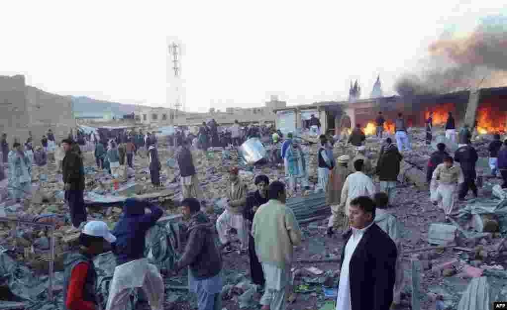 گردهم آیی مردم پس از انفجار در بازار