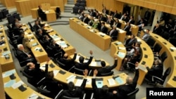 Гласањето во кипарскиот парламенто против предлогот за спас на меѓународната заедница
