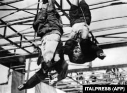 Тіла італійського диктатора Беніто Муссоліні (ліворуч) і його коханки Кларетти Петаччі, повішені перед гаражем у Piazzale Loreto (Мілан), 29 квітня 1945 року, через день після того, як їх стратили італійські партизани