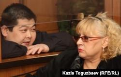 Алдаяр Исманкулов, подсудимый по делу об убийстве журналиста Геннадия Павлюка, и его адвокат Светлана Мурзина сидят в зале суда. Алматы, 11 октября 2011 года.