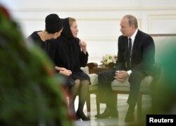 Президент России Владимир Путин с супругой Ислама Каримова Татьяной и его дочерью Лолой. 6 сентября 2016 года