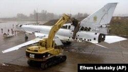Розрізання стратегічного бомбардувальника Ту-22 на військовому аеродромі біля Полтави, 12 листопада 2002 року. Літак знищено в рамках відмови України від ядерної зброї, що було обумовлено Будапештським меморандумом, підписаним у 1994 році. Згідно із цим Меморандумом США, Росія і Велика Британія зобов'язалися поважати незалежність, суверенітет та існуючі кордони України
