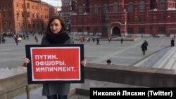 Кремль олдидаги пикет иштирокчиларидан бири.