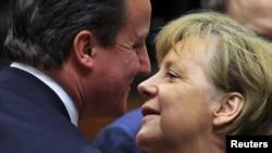 Германската канцеларка Ангела Меркел и британскиот премиер Дејвид Камерон пред почетокот на самитот во Брисел
