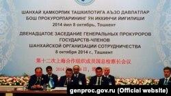 Бывший генеральный прокурор Узбекистана Рашид Кадыров (в центре в первом ряду) председательствует на заседании генеральных прокуроров государств-членов ШОС. Ташкент, 8 октября 2014 года.