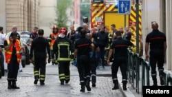 У места взрыва во французском городе Лионе.