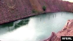 Атомное озеро, образовавшееся в результате ядерного испытания. Восточно-Казахстанская область, август 2009 года.