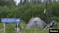 В ночь на 21 июня под Петрозаводском самолёт Ту-134 рухнул на шоссе, развалился, съехал в кювет и загорелся