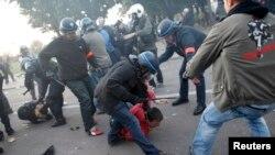 Pamje nga ndërhyrja e policisë kundër protestuesve gjatë një demonstrate të mëparshme në Francë