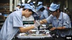 Қытайдағы зауыттардың біріндегі жұмысшылар. Шэньян, 27 тамыз 2012 жыл. (Көрнекі сурет)