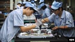 Складання телевізорів на заводі в Шеньяні, Китай