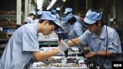 Китайские рабочие на сборочном производстве в городе Шэньян. 27 августа 2012 года.