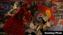 Кыргыз бийи. Үрүмчүдөгү Кыргызстандын эгемендүүлүгүнүн 21 жылдыгын майрамдоо кечеси. 2012-жылдын 31-августу