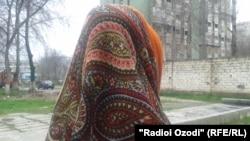 Тәнін сатуды кәсіп еткен Рафоат. Душанбе, 11 наурыз 2015 жыл.