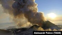 Ресейдің Камчатка түбегінде атқылаған вулкандардың бірі. (Көрнекі сурет).