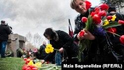 ხალხი პატივს მიაგებს დაღუპულთა ხსოვნას, 2015 წლის 9 აპრილი