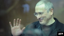 Russia -- Former Yukos oil company CEO Mikhail Khodorkovsky gestures while standing behind a glass wall at a courtroom, in Moscow, on 27Dec10