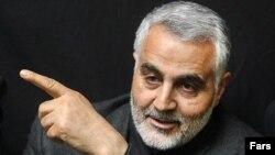 قاسم سلیمانی از پز اپوزیسیونی و نامهنگاری به خامنهای از سوی افراد پیرو خط امام و کسانی که پای سفره نظام نشستهاند، انتقاد کرد
