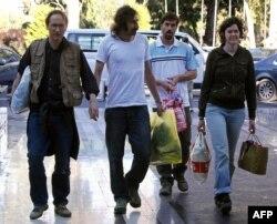 در تصویر جیمز فولی (نفر دوم از راست)، در سال ۲۰۱۱ در کنار دیگر خبرنگاران آزادشده از دست ربایندگان در لیبی دیده میشود