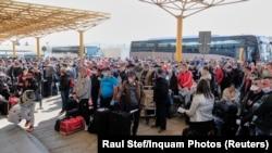 Aglomerație în aeroportul Cluj la plecare spre Germania a muncitorilor sezonieri