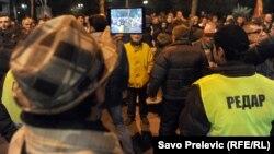 Pristalice DF-a pred Skupštinom, 27. januar 2015, foto: Savo Prelević