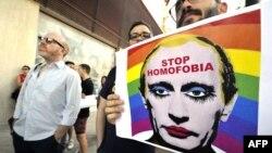Останнім часом активісти ЛГБТ-руху часто зображують російського лідера у незвичному антуражі