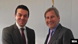 Шефот на македонската дипломатија Никола Попоски на средба со еврокомесар за преговори за проширување Јоханес Хан во Брисел.