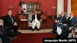 Sekretari amerikan i Shtetit, Mike Pompeo gjatë një takimi me presidentin e Afganistanit, Ashraf Ghani, Qershor, 2019