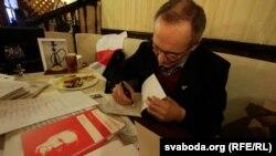 Уладзімер Някляеў падпісвае сваю новую кнігу «Лісты да Волі».