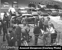 """Скриншот с записи камеры наблюдения у входа в санарский клуб """"Белый медведь"""" из материалов дела Алексея Шиндясова"""