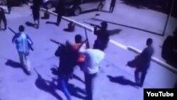 Момент одного из нападений боевиков-радикалов в Актобе 5 июня 2016 года. Кадр видео.
