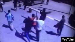 Кадр із відео в Youtube, на якому видно озброєних людей на вулицях Актобе