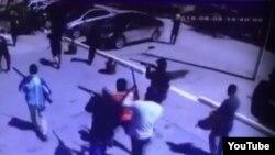 Момент одного из нападений предполагаемых боевиков в Актобе 5 июня 2016 года. Кадр видео.