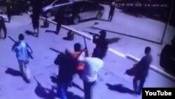 Кадр из видео, выложенного на YouTube, где запечатлена группа вооруженных людей