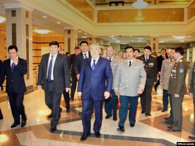 Президент Казахстана Нурсултан Назарбаев (в центре), справа от него – теперь уже бывший председатель КНБ Амангельды Шабдарбаев в окружении группы офицеров.