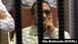 Колишній президент Єгипту Хосні Мубарак під час одного з попередніх засідань суду, Каїр, 20 червня 2013 року