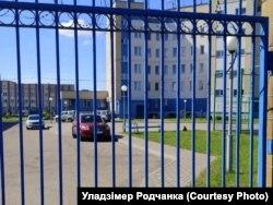 Аўтамабіль за кратамі на тэрыторыі аддзелу міліцыі Ленінскага раёну Горадні