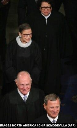 دیوان عالی بالاترین نهاد قضایی کشور است که قضات آن مادامالعمر خدمت میکنند و تنها پس از فوت یا استعفای قاضی رئیسجمهور وقت میتواند جانشین او را انتخاب کند.
