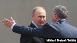 Russian President Vladimir Putin (left) and Rosneft Chief Executive Igor Sechin