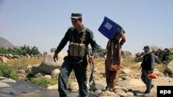 ارشیف، افغان پولیس د رأیو د صندوق د لېږد پر مهال د ۲۰۱۴ کال د جون ۱۳