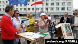 Тацяна Севярынец чытае рэп на пікеце правацэнтрысцкай кааліцыі ў Віцебску
