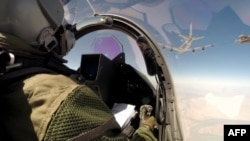 Пилот за штурвалом истребителя Rafale пролетает над территорией Ирака.