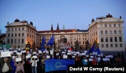 Митинг протеста с требованием отставки президента Милоша Земана и лидера партии АНО Андрея Бабиса перед Пражским Градом. Прага, 17 октября 2017 года