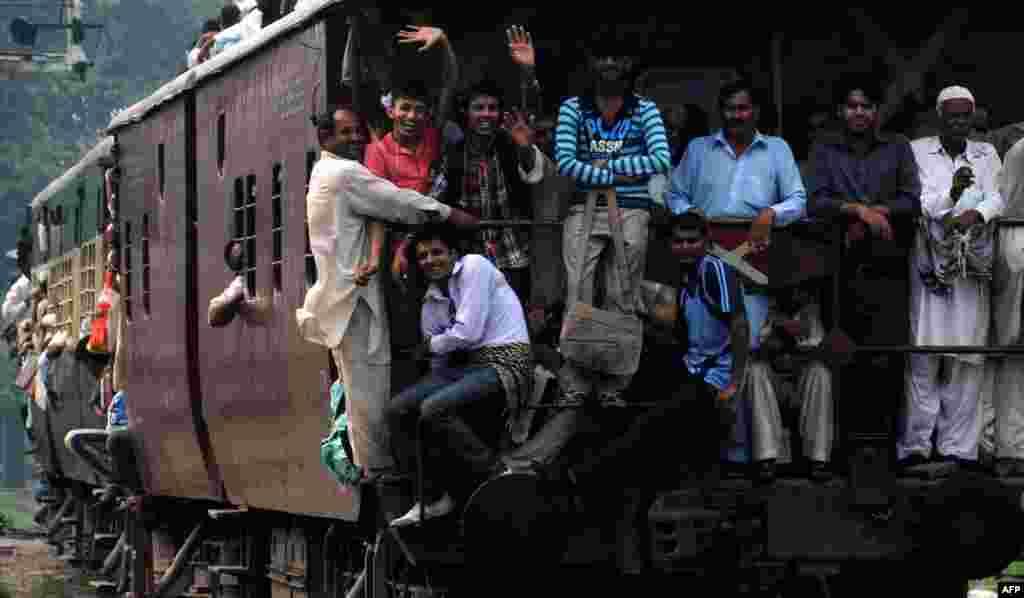 Pakistanda dini bayrama gedən sakinlər.