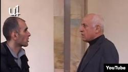Кадр из видеорепортажа «А1+» о данном инциденте. Депутат Мгер Седракян (справа) угрожает оторвать журналисту челюсть, Ереван, 19 декабря 2012 г.