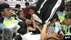 نيروهای پليس با ايجاد ديوارهای انسانی در اطراف محل اقامت رييس جمهوری چين از نزديک شدن تظاهرکنندگان به محل سخنرانی وی جلوگيری کردند.